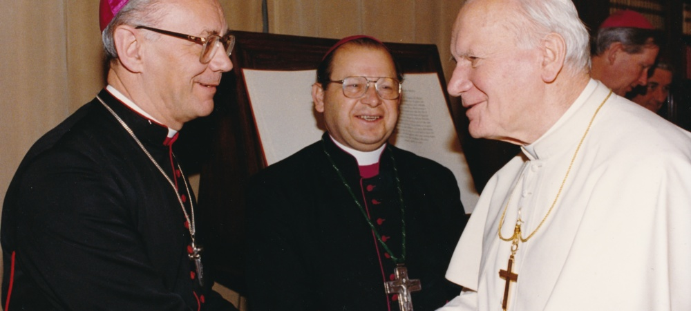 Weihbischof Weider mit Papst Johannes-Paul II und Bischof Rudolf Mueller Goerlitz (Hintergrund)