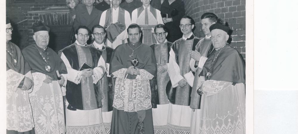 Weihbischof Weider (et al.) nach der Priesterweihe 1957