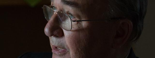 Tageslicht fällt durch das Fenster auf Roland Steinkes Gesicht