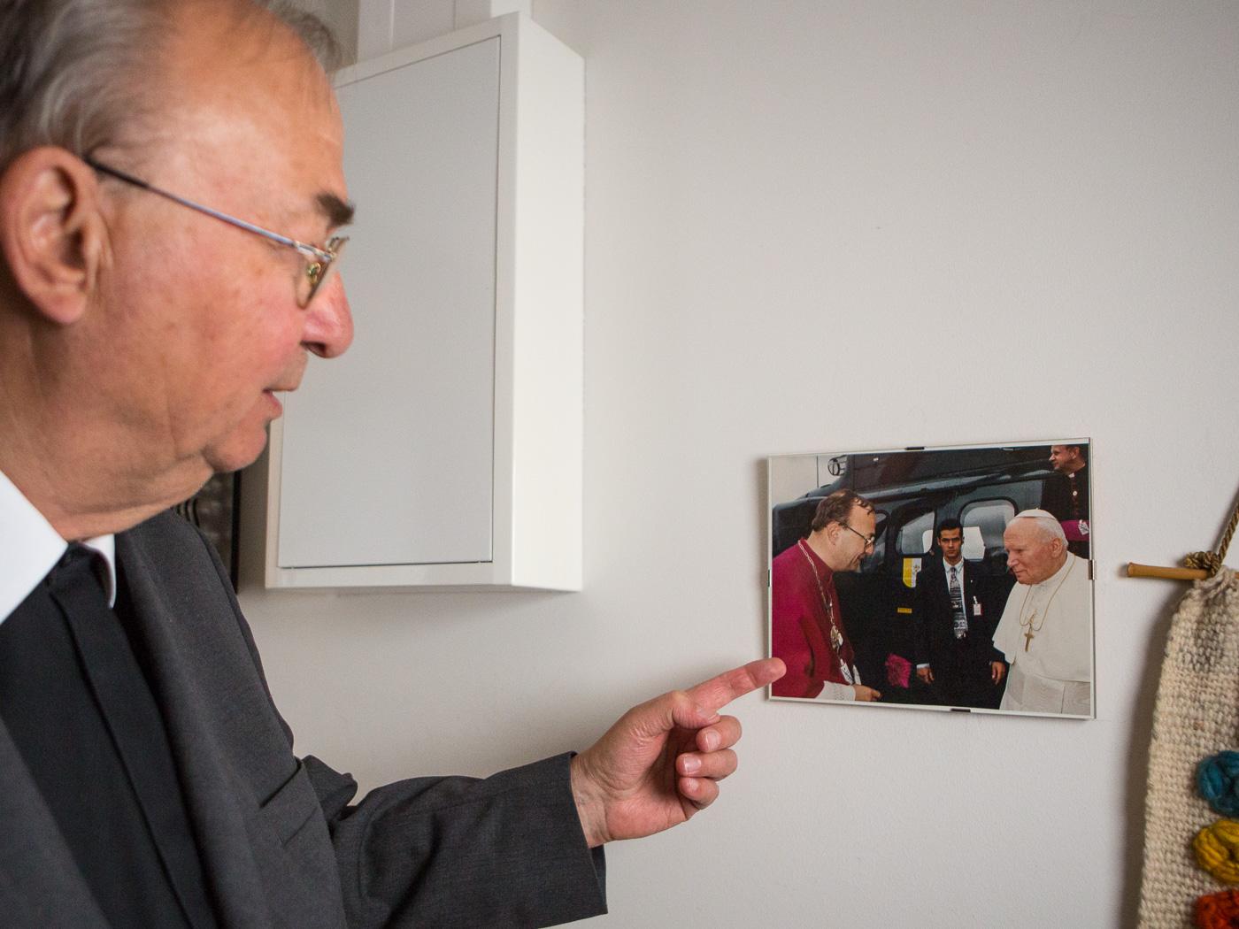 Roland Steinke zeigt uns ein Bild mit Papst Johannes-Paul II