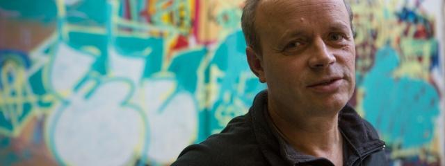 Wolfgang Willsch vor einem Graffito im Friedrichshainer Kiez